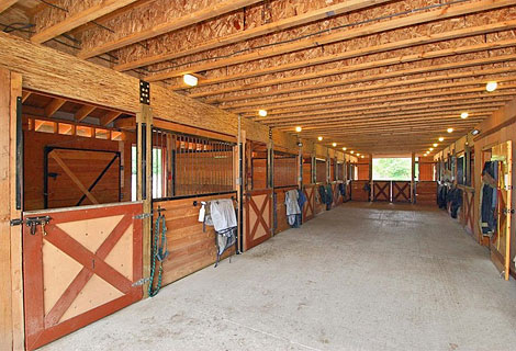 A 16ft aisleway means that there is lots of space to move around. When it comes to horses, having enough space is essential.